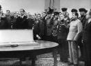 И. В. Сталин принимает дар английского короля Георга IV. 1943 г.